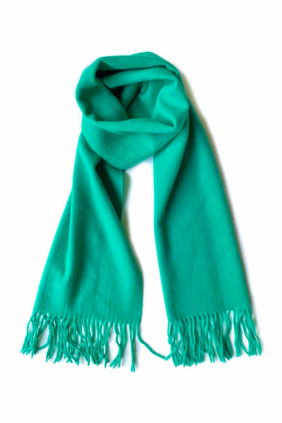 Unisex cashmere scarf with fringes in bright jungle green
