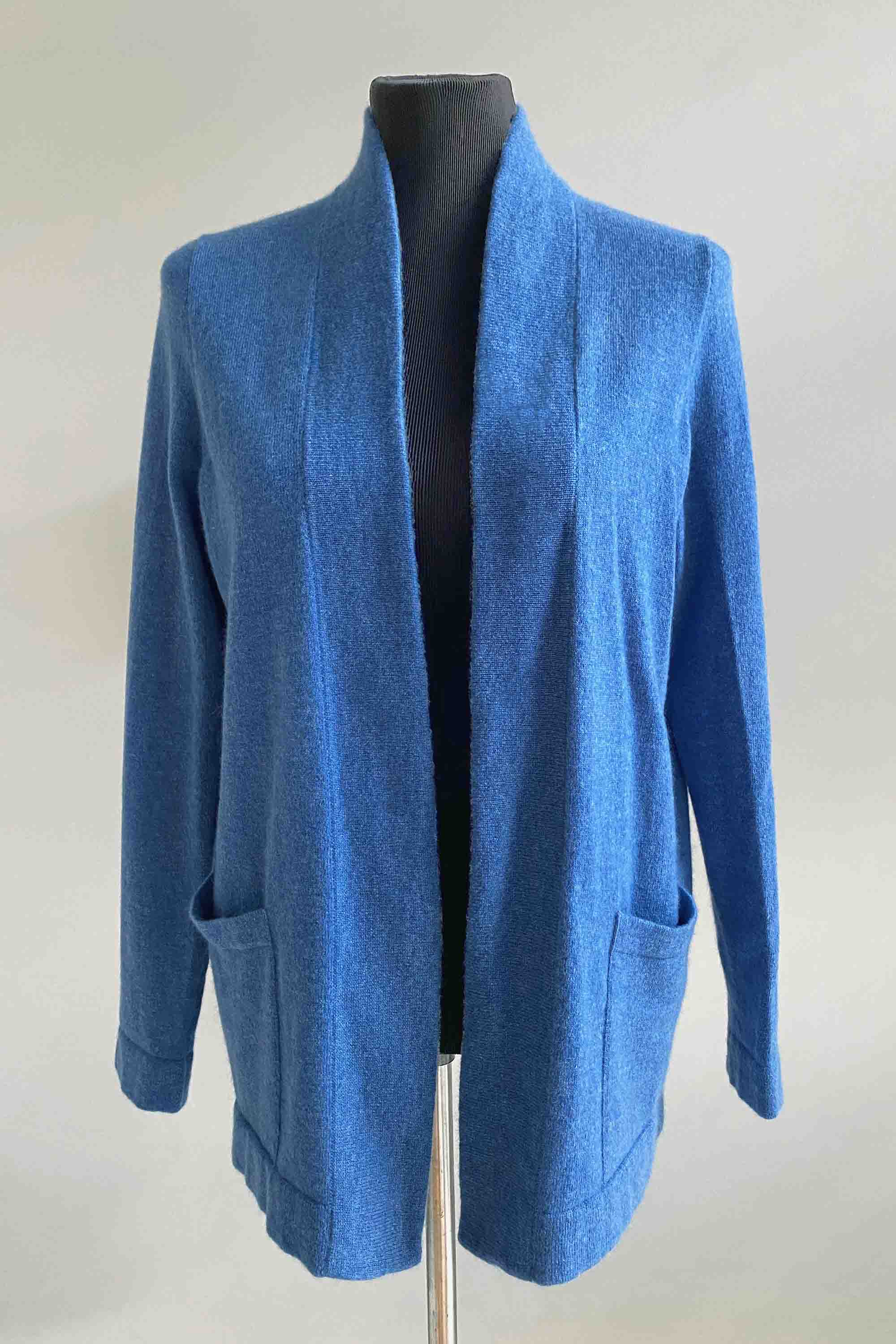 Boxy cashmere cardigan with pockets in blue