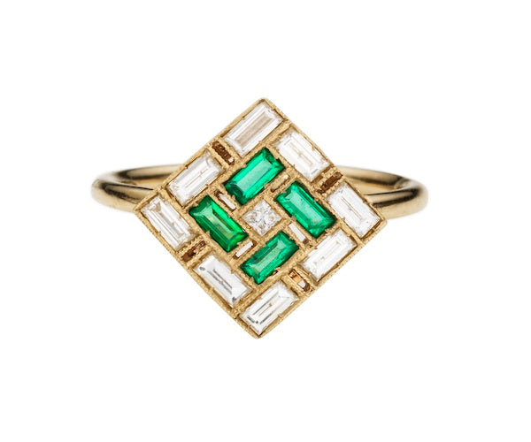 Ring in 18k white gold set with white diamonds and emeralds
