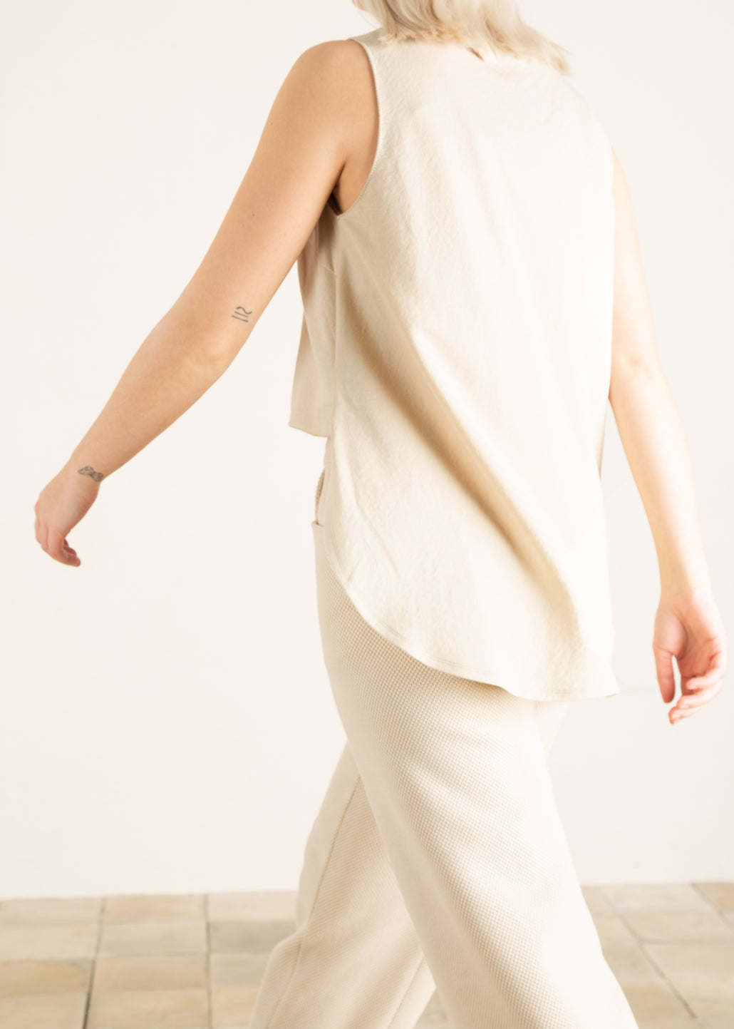 Achterkant dames top in beige tint