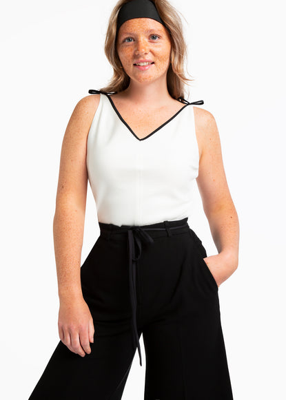 V-hals top met strikdetail