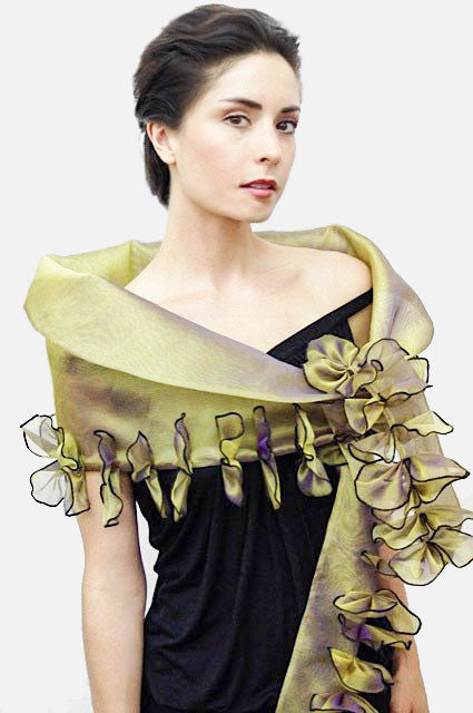 This versatile evening wrap is made of metallic silk organza and features 48 petals. The ends are narrow.