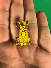 WALT DISNEY -- LION KING YOUNG SIMBA SITTING DOWN TRADING PIN 1082