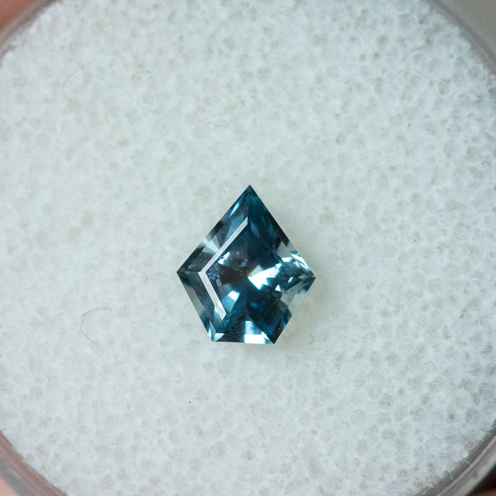 0.81CT GEOMETRIC SHIELD MONTANA SAPPHIRE, MULTICOLOR BLUE WHITE, 6.99X6.16MM