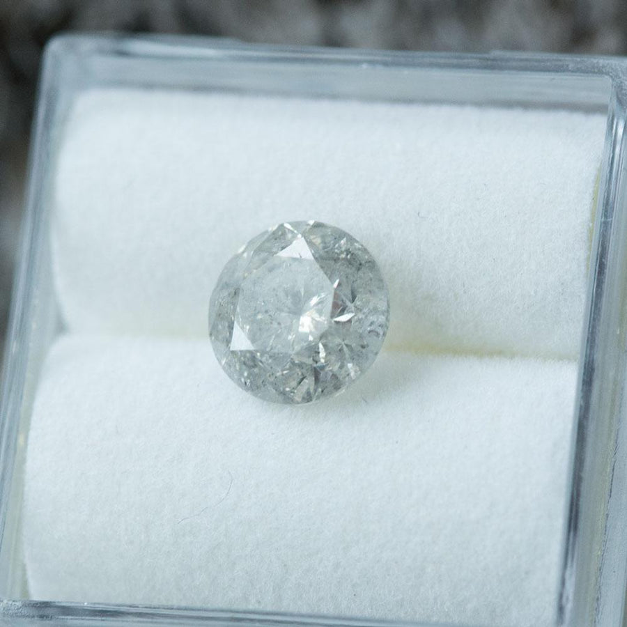 1.61CT ROUND BRILLIANT DIAMOND, MEDIUM SILVER GREY SALT AND PEPPER, 7.1X4.68MM