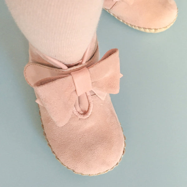 Vibys-Baby-Shoes-Puppy-Paws-Bow-Topped-Pink-model-view