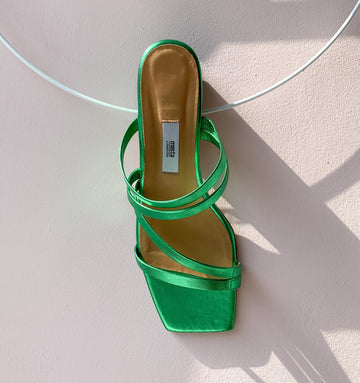 Leather strappy sandal with cushioned sole [Metallic Emerald]