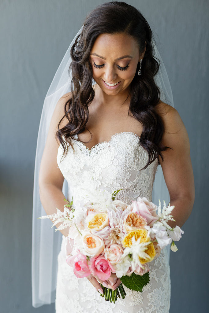bride with garden rose bouquet