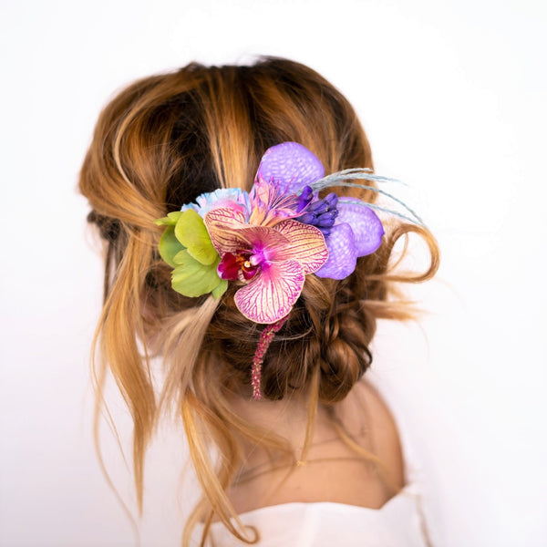 A hair comb in our signature Stacy k Floral style. A hair comb consists of a barrette with comb-like teeth with floral attached. It can be place in hair, once styled, as a unique hair accessory.   It's super easy, just select the color variation your prefer, let us know any of your favorite blooms in the notes section of your order, add all items you need to your cart. Place your order for the selected delivery date and we will take it from there.