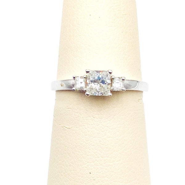 # 10098290 3 STONE DIAMOND RING