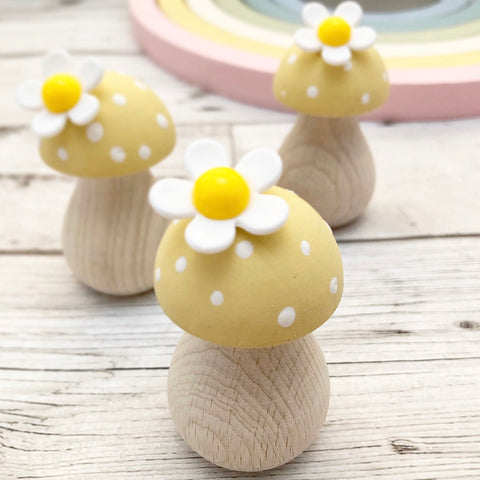 Spring Ditzy Daisy Wooden Toadstool