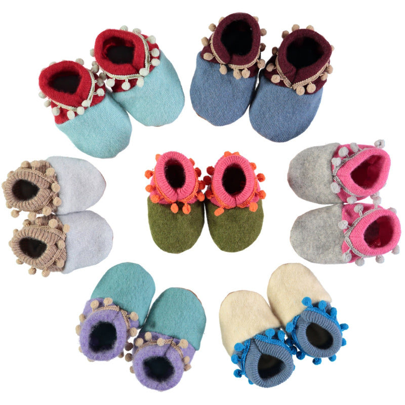 RECYCLED CASHMERE BABY SHOES WITH POMPOMS