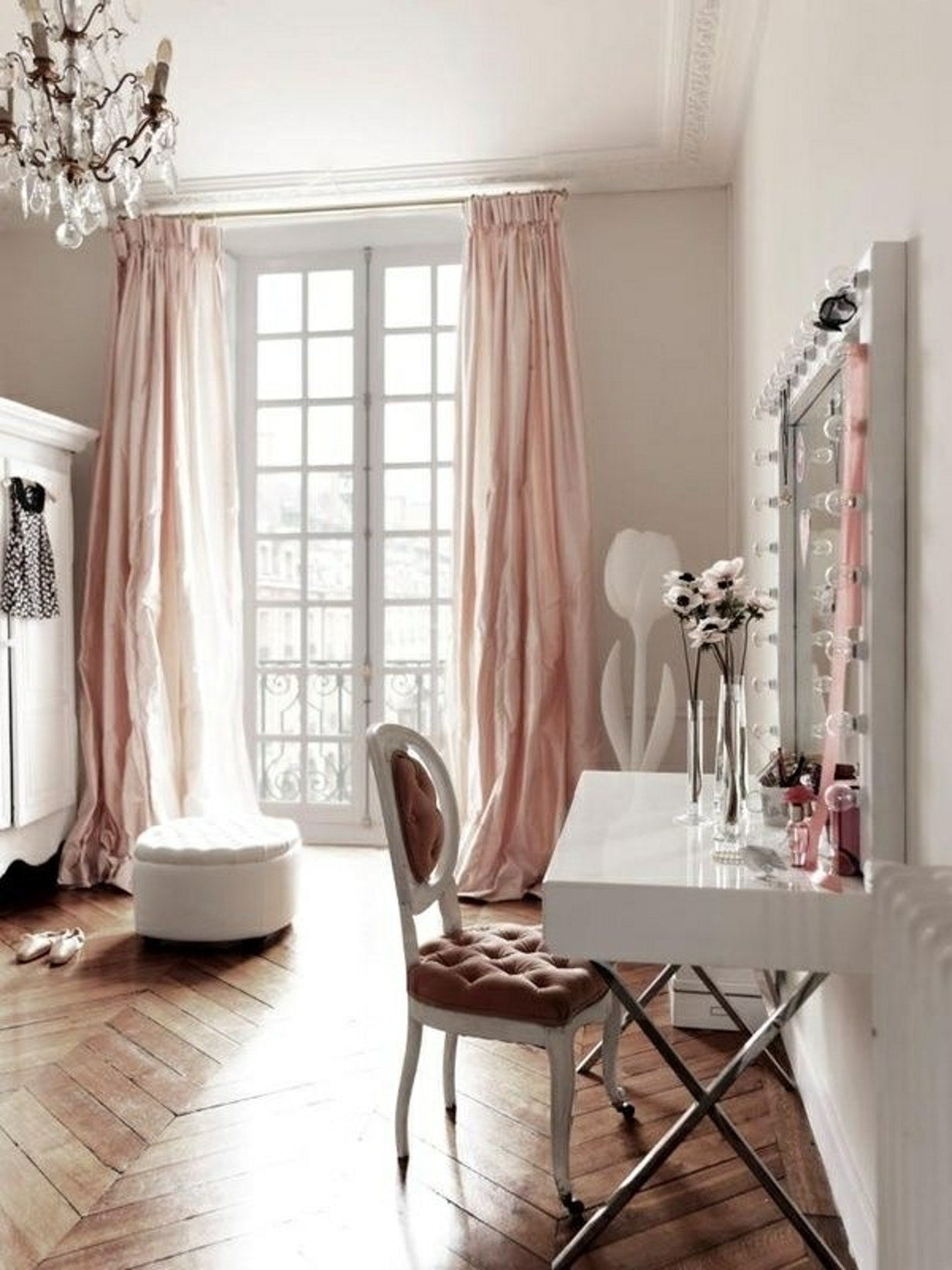 Stunning-Scandinavian-Dining-Furniture-Design-with-blush-curtains
