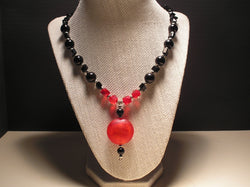 N-005/RED AND BLACK GLASS BEAD NECKLACE