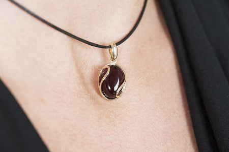 "Cherry Baltic amber pendant in 14kt yellow gold ""Sphere"""