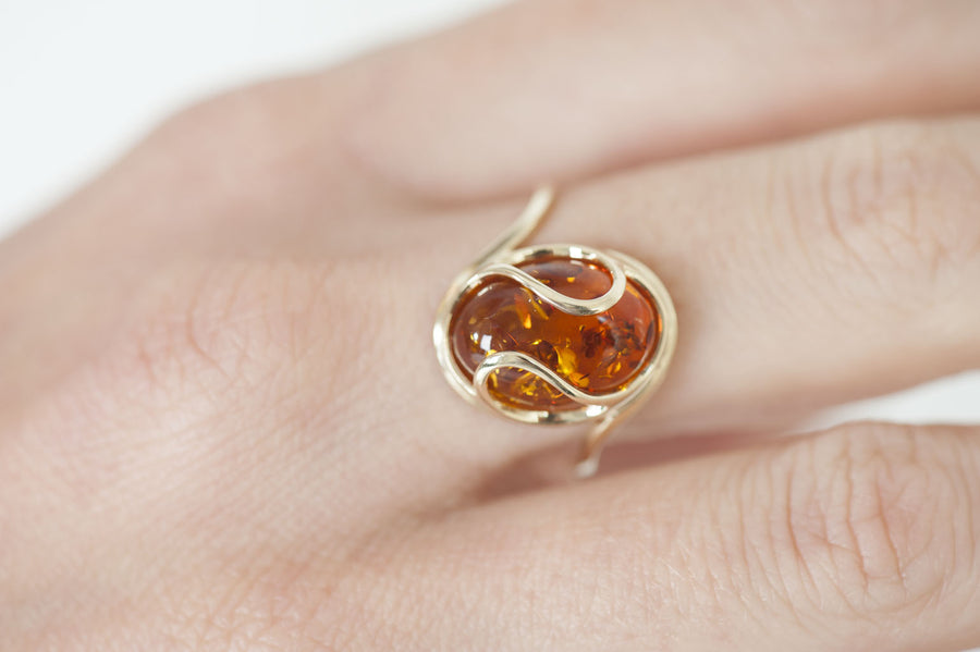 "Cognac Baltic Amber ring in 14kt yellow gold ""Sphere"""
