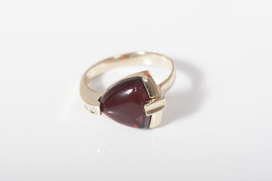 "Baltic amber ring in 14kt yellow gold ""Radiance"" cherry"