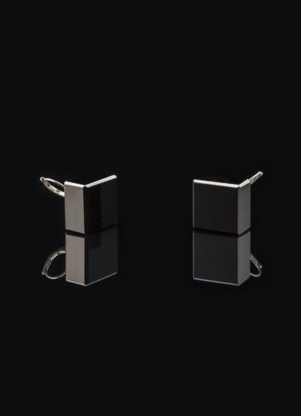 Black glass cube earrings with gilded silver hook, stainless steel coating.