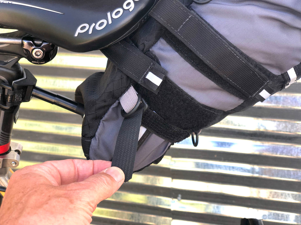 At the bottom of the bag is a pair of sewn-in compression straps, which minimize the bottom part of the bag, providing more clearance for use on smaller bicycle frames or bikes with fenders (version 2.0 only).