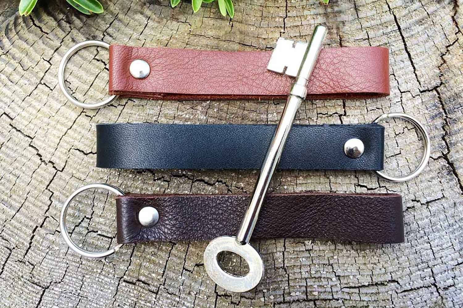 Coordinates keychain from Bookshell available in light brown, dark brown and black leather
