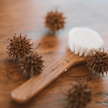 handmade-oak-face-brush-with-sustainable-all-natural-goat-hair-bristles-for-dry-use-only