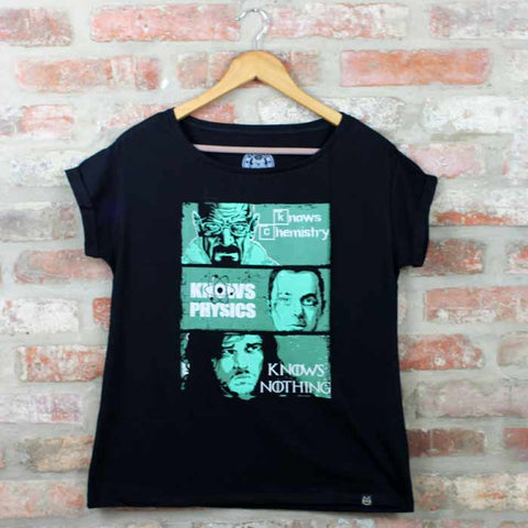 Camiseta Feminina Knows Something - Séries - Loja Geek Blackat Store