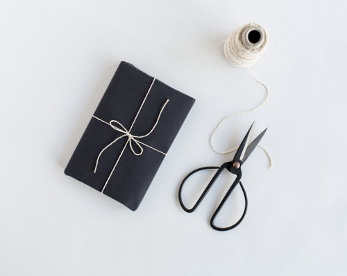 Gift wrapping (wrapping paper and ribbon may change colour depending on availability)