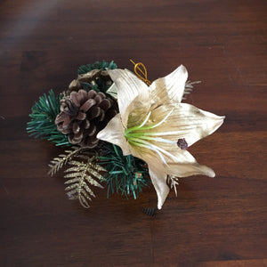 Christmas cluster with gold Lilly