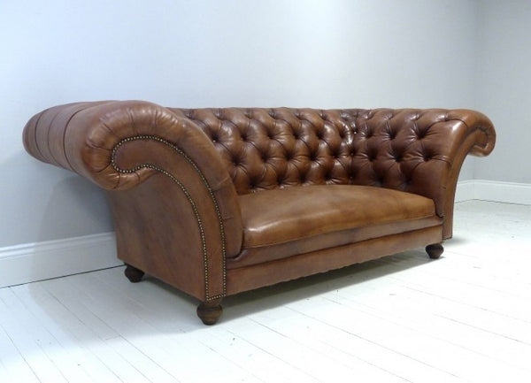 THE PALMERSTON CHESTERFIELD SOFA : RICH TAN