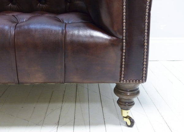 THE NEWCASTLE SOFA : UMBER BROWN