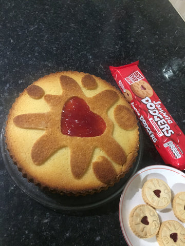Making a fantastic Jammie Dodger cake with a Moldyfun silicone cake mould