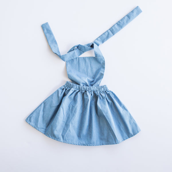 This little vintage apron front chambray dress with an elastic waistband is so sweet!