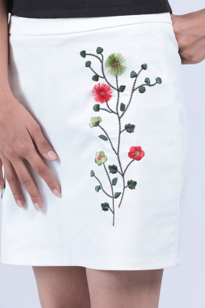 White Flower Embellished Short Skirt - S