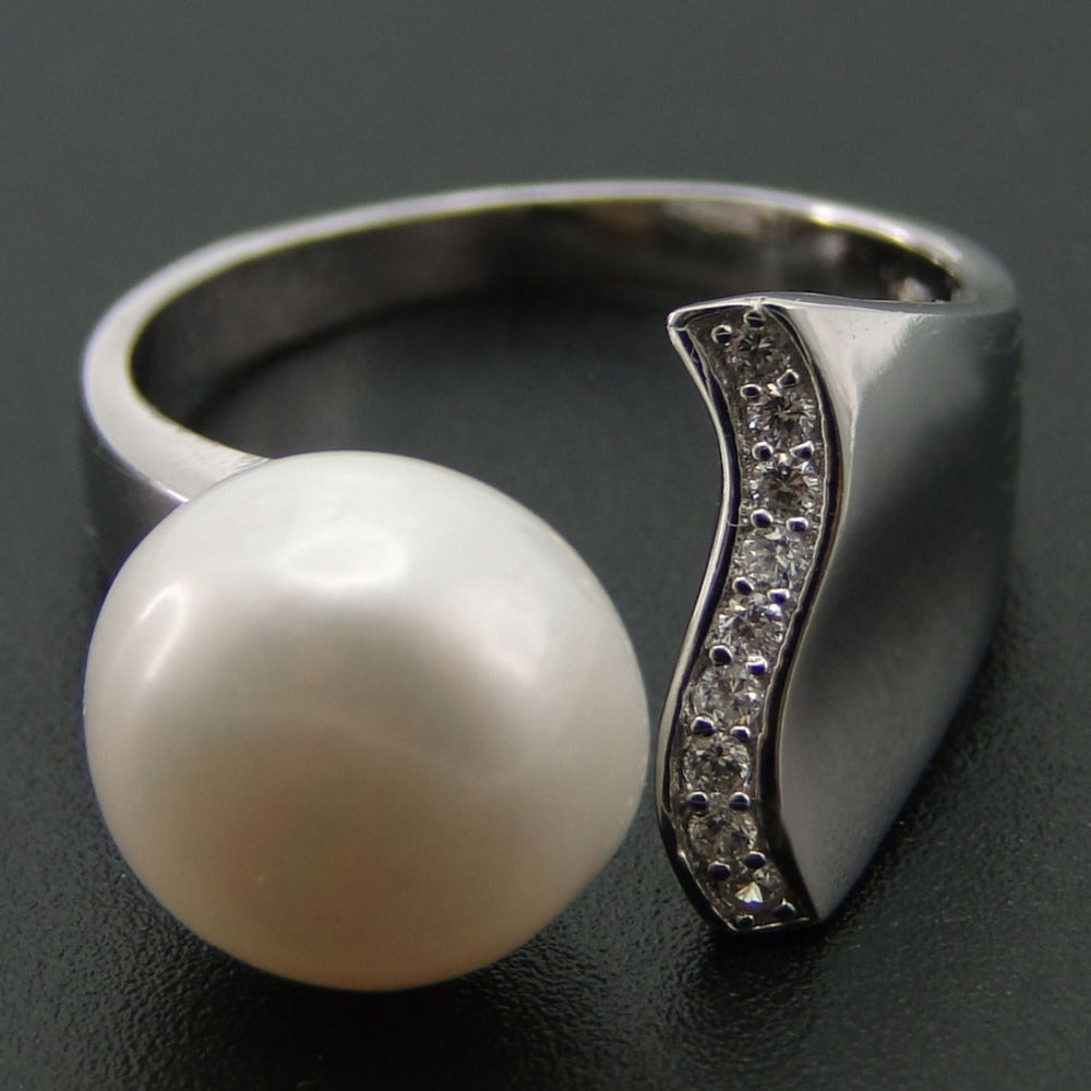 Modern White Freshwater Pearl Ring - PicaPicaBeauty