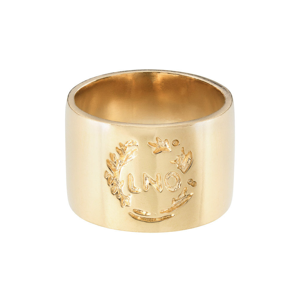 9carat gold 12mm band ring with engraved crest design