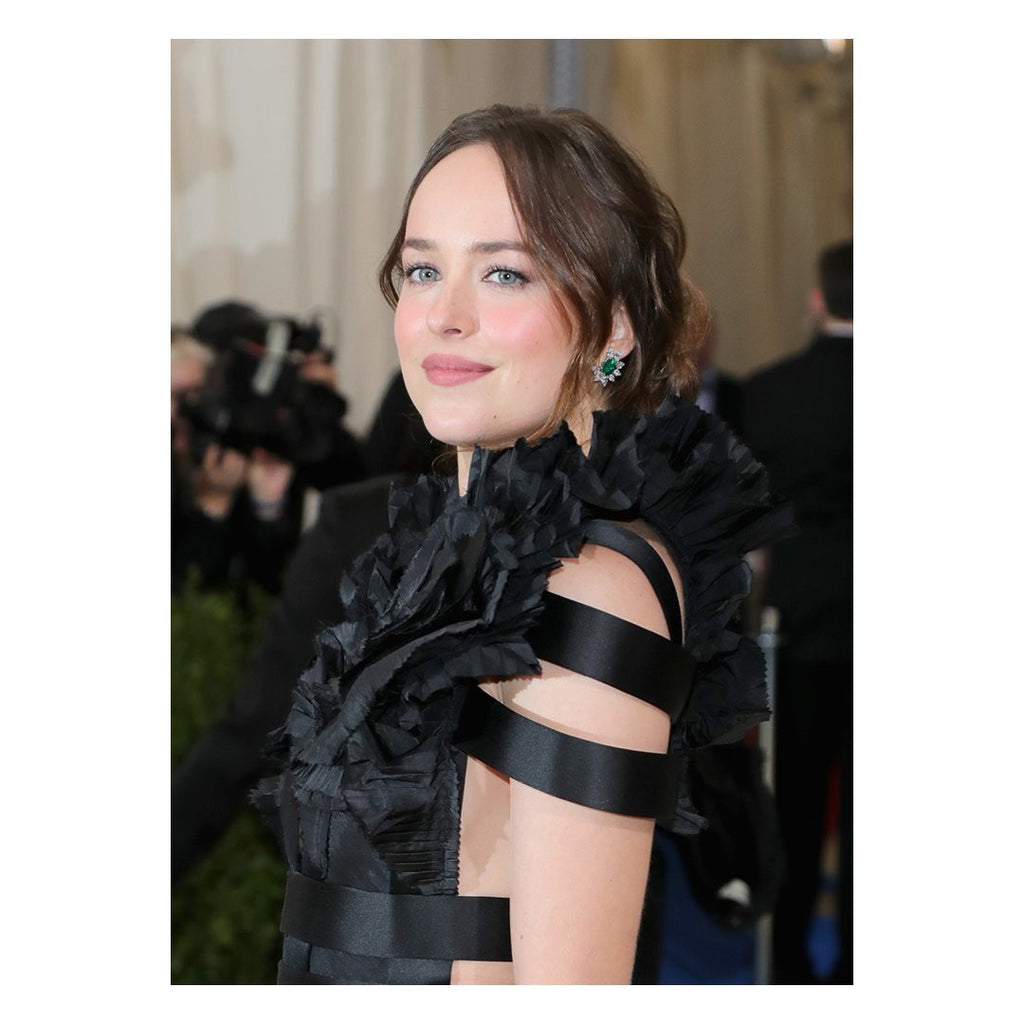 #DakotaJohnson delivers in #Cartier High Jewelry emerald and diamond earrings at the #MetGala