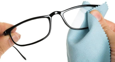 cleaning glasses with a cleaning cloth