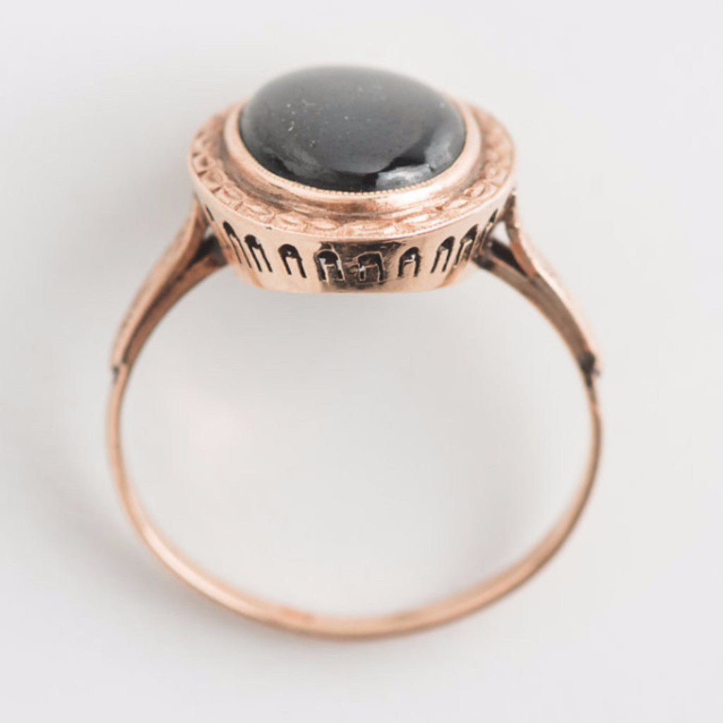 black star sapphire and yellow gold ring top view