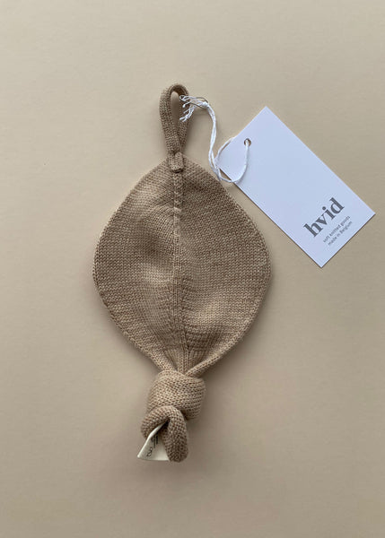 Hvid Titi Dummy Holder in Sand Merino Wool