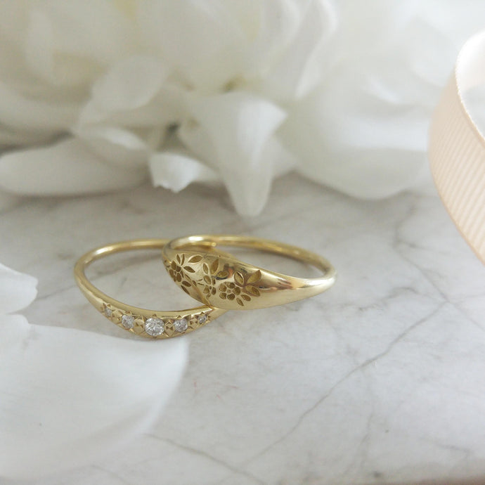 Vintage style Flora pattern wedding ring set