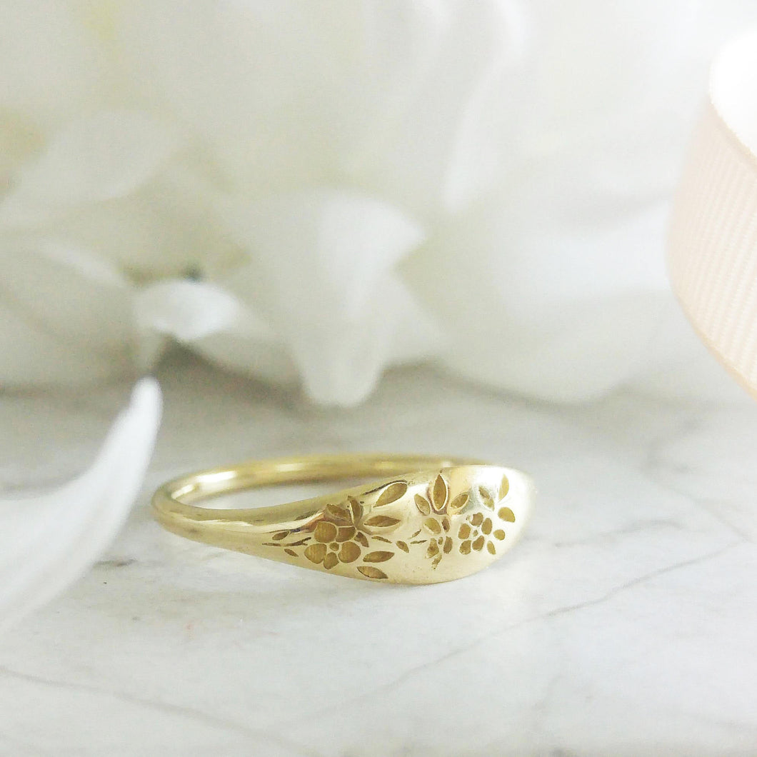 Gold flowers signet ring, vintage style floral ring for women, Unique Gold wedding ring, alternative bride wedding band, flower wedding band