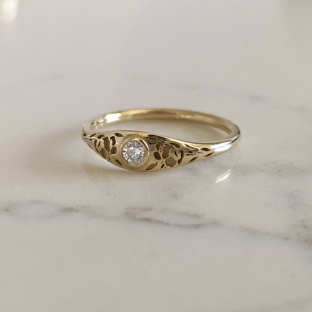 Gold flower signet ring, vintage style floral crown ring for women, Unique Gold wedding ring, 14k gold wedding band, flower wedding band