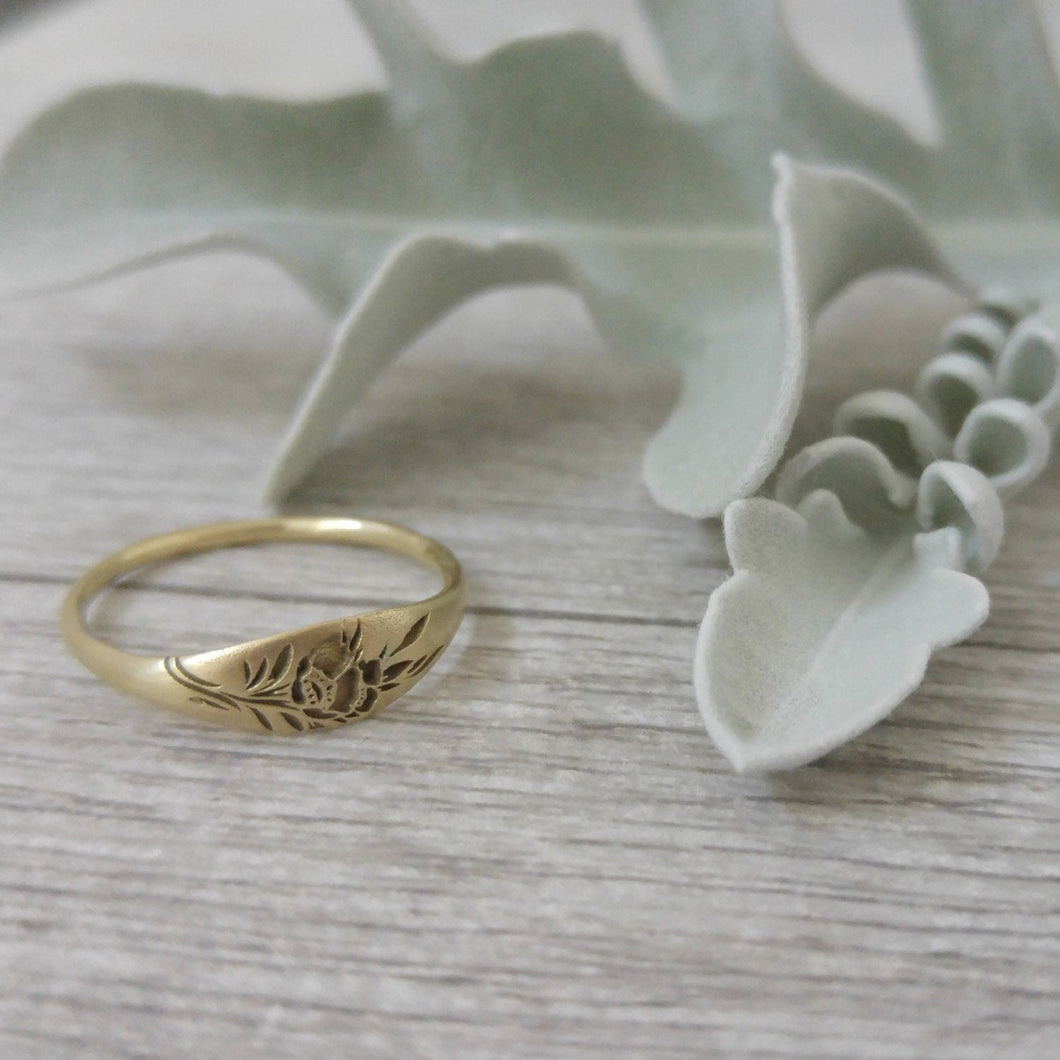Gold flower ring, vintage style signet ring for women, Unique Gold wedding ring, 14k gold wedding band, flower wedding band, gold signet