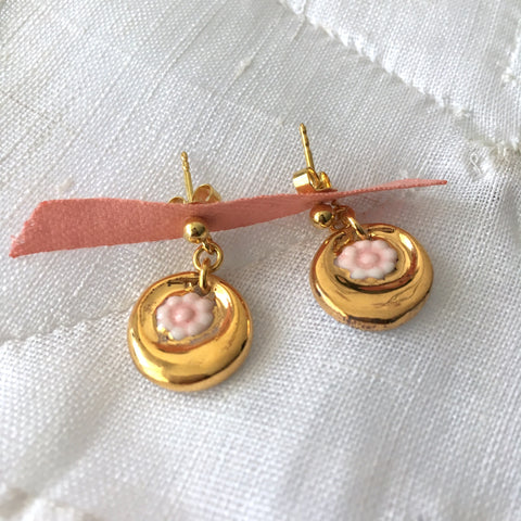Gold and pink  flowers porcelain earrings .. Boucles d'oreilles fleurs roses et or  en porcelaine