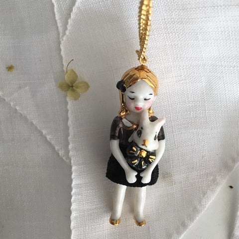 Alice in black: porcelain doll necklace  .. Alice en noir: sautoir poupées en porcelaine