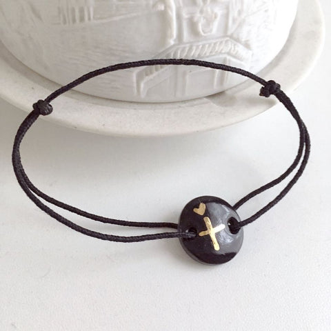 Christian cross and tiny heart black porcelain bracelet .. Bracelet en porcelaine noire croix et coeur