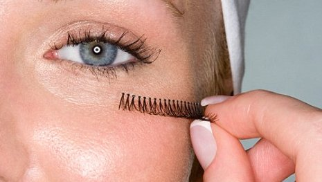 applying-false-eyelashes