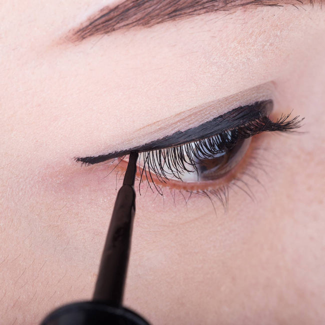 dollbaby-london-magnetic-eyeliner-and-lashes-kit-how-to-use-demonstration-image