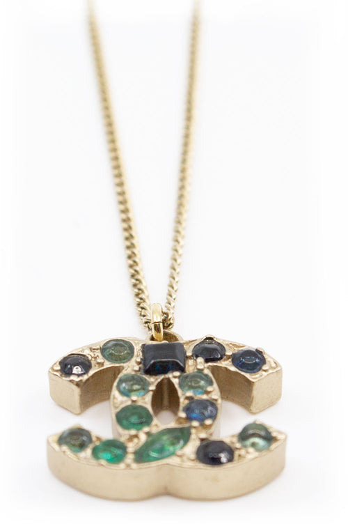 CHANEL Green Rhinestones CC Necklace Frontalansicht