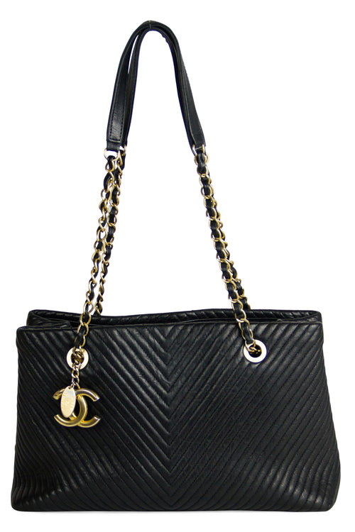 Chanel V-Stich Shoulder Bag Frontansicht Schwarz